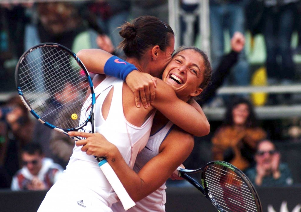 Sara Errani e Flavia Pennetta festeggiano la vittoria della Fed Cup dopo aver battuto in doppio Serena Williams e Alison Riske con un punteggio di 6-0, 6-3, Brindisi, 19 Aprile 2015. ANSA/ FRIGIONE